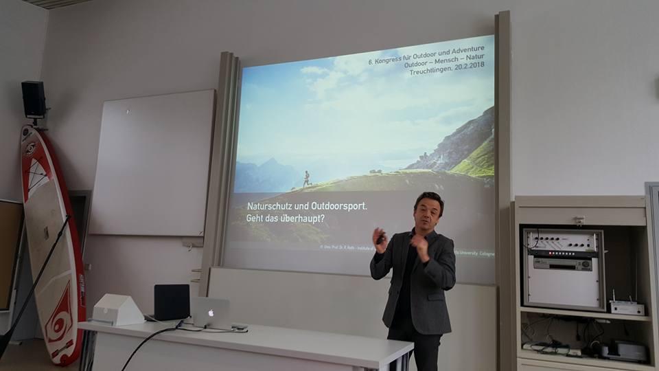 Prof. Dr. Roth referiert über den Zusammenhang von Naturschutz und Outdoorsport.